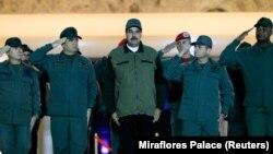 Nicolas Maduro (u sredini)
