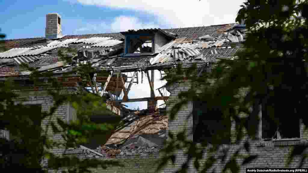 Розтрощений артилерією дах одного з будинків біля позицій української армії