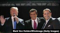 Слева направо: Дональд Трамп, Тевфик Ариф и Феликс Сатер на церемонии открытия Trump SoHo в сентябре 2007 года.