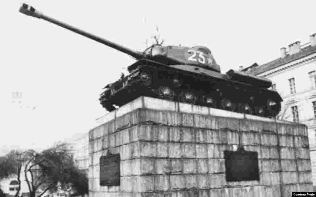 """Прагадағы совет танкистерінің ескерткіші. Тұғырда """"ИС-2"""" модельді, 24-ші нөмірлі мүлдем басқа техника тұрғаны анық байқалады."""