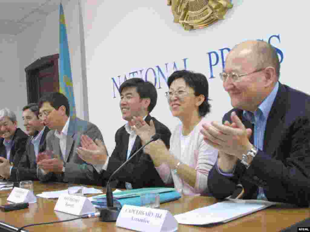 Алтынбек Сәрсенбайұлы «Ақ жол» партиясы басшыларыымен бірге баспасөз мәслихатында отыр. Алматы, 20 қыркүйек 2004 жыл.
