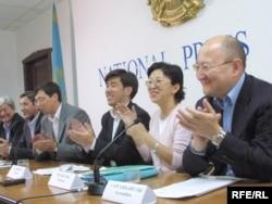 Лидеры партии «Ак жол» проводят пресс-конференцию. Алматы, 20 сентября 2004 года.