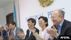 Лидеры партии «Ак жол» проводят пресс-конференцию. За три месяца до скандального раскола партии. Алматы, 20 сентября 2004 года.