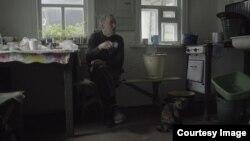 """Кадр из фильма """"Родные"""". Дед Миша, восток Украины"""