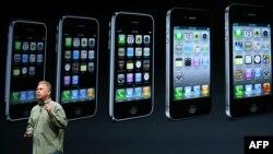 Apple компаниясының маркетинг бойынша директоры Фил Шиллер iPhone 5 телефонын таныстырып тұр. Сан-Франциско, 12 қыркүйек 2012 жыл.