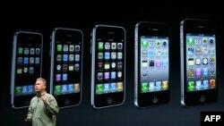 Apple компаниясының маркетинг бойынша директоры Фил Шиллер iPhone 5 смартфонын таныстырып тұр. Сан-Франциско, 12 қыркүйек 2012 ж.