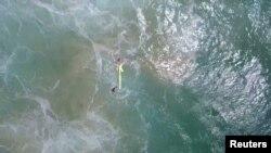 Підлітки тримають надувний рятувальний засіб, кадр з відео