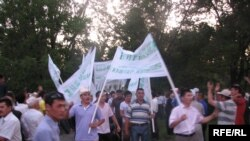 Демонстрация протеста, проведенная кыргызской оппозицией в день выборов президента страны. Бишкек, 23 июля 2009 года.