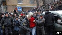 Suduň öňündäki protest çykyşy wagtynda Hodorkowskiniň tarapdarlaryndan 20 töweregi adam tutulyp äkidildi. 27-nji dekabr, 2010.