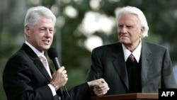 بیلی گراهام (راست) همراه با بیل کلینتون، رئیسجمهوری پیشین آمریکا