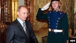 На встрече с украинским коллегой Владимир Путин старался больше улыбаться, но все равно произвел сильное впечатление