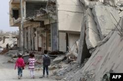Copii mergând la școală, Kobani, Siria, 6 octombrie 2015