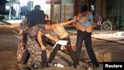 Pamje nga aksioni i policisë së Irakut derisa ja heqin eksplozivin