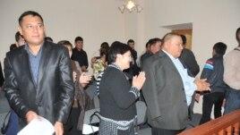 Участники судебного процесса аплодируют вердикту, вынесенному судом присяжных в Атырау. 2009 год. Иллюстративное фото.