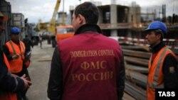 Миграционный патруль на одной из строительных площадок Москвы.