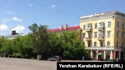 Вид на улицу в центре Караганды, где находится учебный корпус университета «Болашак» (слева) с сохранившейся на крыше будкой часового времен Карлага. Караганда, 7 июня 2015 года.