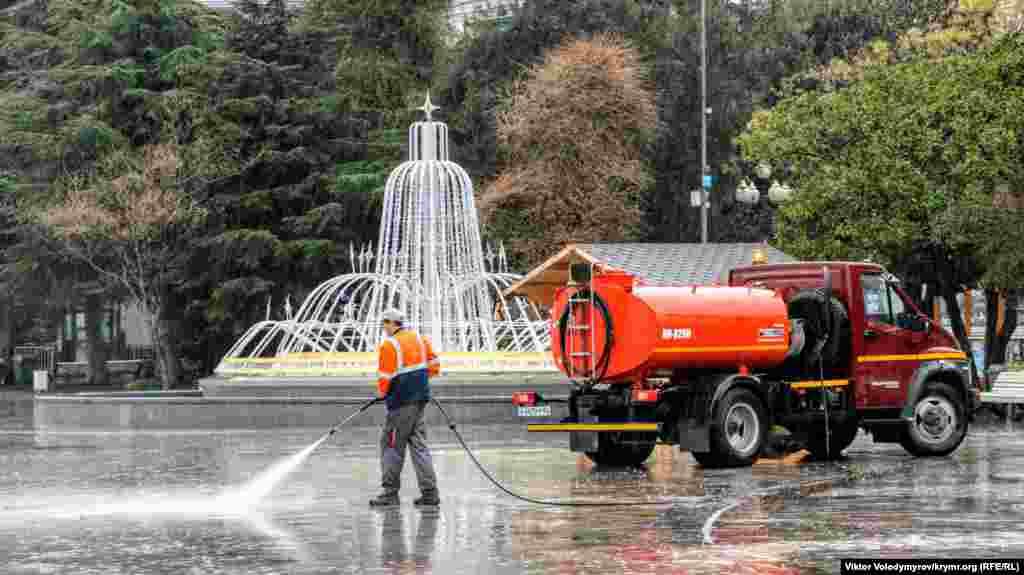 Незважаючи на дощі, комунальні служби ретельно стежать за чистотою у центрі набережної