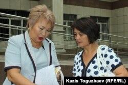 Жена подсудимого по делу «джихадистов» Кенжебека Абишева - Гульмира Абишева (справа) - и его адвокат Гульнара Жуаспаева у здания Жетысуского районного суда. Алматы, 28 августа 2018 года.