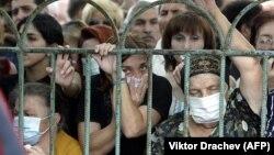 Люди ищут своих родственников среди погибших после Бесланской трагедии, 4 сентября 2004 год