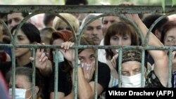 Люди ищут своих родственников среди погибших после Бесланской трагедии, 4 сентября 2004 года