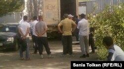 Құлсарыда қаза болған адамдардың денелерін мүрдеханадан беру сәті Атырау, 15 қыркүйек 2012 жыл.