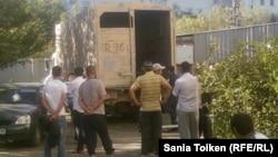 Выдача тел предполагаемых террористов, убитых в ходе спецоперации. Кульсары, 15 сентября 2012 года.