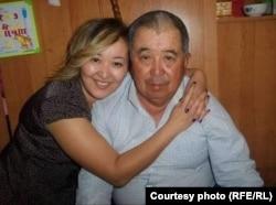Сейсенбек Изетбаев с дочерью Куралай. Жамбылская область, Таласский район. Фото из семейного архива
