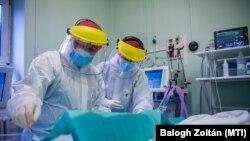 Medicinski radnici tretiraju pacijente oboljele od COVID-19