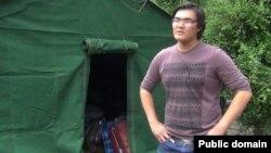 Волонтер Альжан Палымбетов рядом с палаткой, установленной для жителей, квартиры которых сгорели после взрыва бензовоза. Фото из социальной сети Facebook.