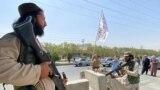 Бойцы «Талибана» охраняют входные ворота у здания Министерства внутренних дел в Кабуле, 17 августа 2021 года