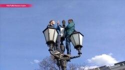 Зачем сын экс-депутата залез на фонарный столб в день протестов