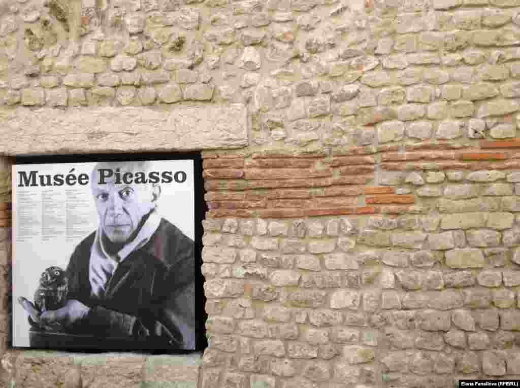 Это не единственное фото Пикассо. В музее постоянная выставка его фотографий за работой, некоторые довольно эксцентричны