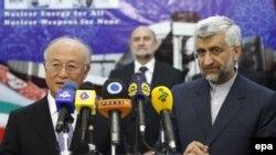 Юкия Амано и глава иранского ядерного ведомства Саид Джалили на пресс-конференции в Тегеране 21 мая 2012 г.
