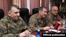 Generalul Onik Gasparian (centru), șefului Statului Major din Armenia, la o întâlnire cu ofițeri de rang înalt din Rusia. Everan, 25 ianuarie 2021