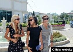 Әзербайжан президенті Ильхам Әлиевтің қыздары Арзу (сол жақта) мен Лейла (ортада) аналары Мехрибанмен (оң жақта) бірге жүр.