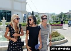 Лейла (в центре) и Арзу (слева) Алиевы с матерью