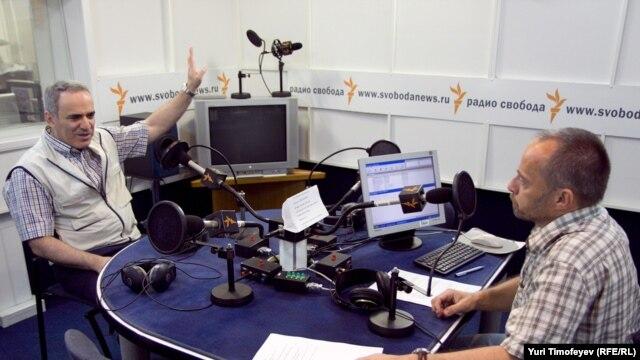 Гарри Каспаров и Михаил Соколов в студии Радио Свобода