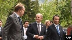 آسو تارو (راست)و اولاف شولتز(وسط) وزیران دارایی ژاپن و آلمان در شهر ویستلر واقع در استان بریتیش کلمبیا