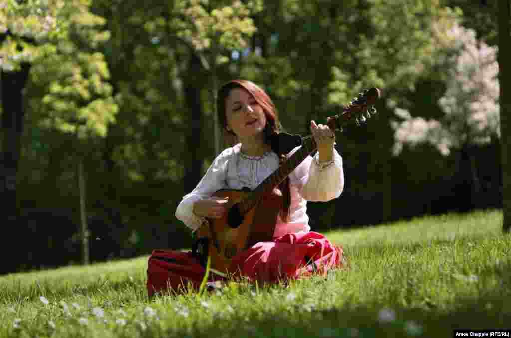 Anna Danilukova, nga bendi i Pragës, Jagabab, këndon një këngë mesjetare.