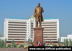 Памятник Шарафу Рашидову был установлен в центре Джизака, 6 ноября 2017 года.