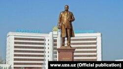 В Джизаке 6 ноября был открыт памятник бывшему партийному лидеру Узбекистана Шарафу Рашидову.