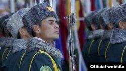 Türkmenistanda okuwyny tamamlan talyplar, adatça, ýokary bilimi bolmadyk ýaşlardan az möhlet gulluk edýärler.
