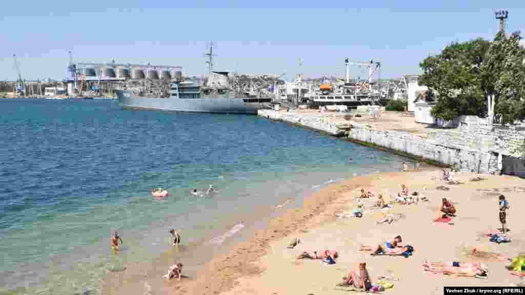 Сюда приходят взрослые и дети, живущие рядом, на Корабельной стороне Севастополя