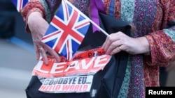 """Надпись на сумочке: """"Прощай, Евросоюз, здравствуй, мир""""."""