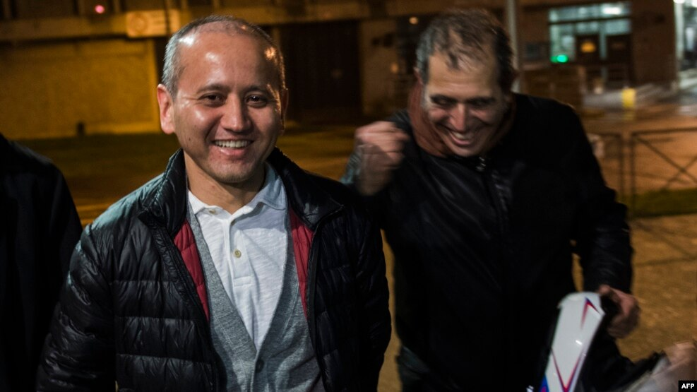 Kazakh opposition figure and oligarch Mukhtar Ablyazov (left), flanked by his lawyers, leaves the Fleury-Merogis jail near Paris after being released on December 9.