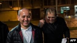 Бұрынғы қазақстандық банкир, оппозициялық олигарх Мұхтар Әблязовтың (сол жақта) түрмеден шыққан сәті. Франция, 9 желтоқсан 2016 жыл.