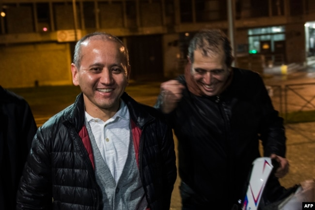 Казахский оппозиционный политик Мухтар Аблязов (в центре) в первые минуты после освобождения из тюрьмы во Франции. 9 декабря 2016 года.