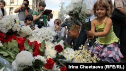 Возложение цветов у памятной стеллы, 19 августа 2012 год