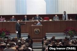 З'їзд народних депутатів СРСР, Москва, 1 червня 1989 року. У перебігу полеміки ліворуч біля трибуни стоїть академік Андрій Сахаров