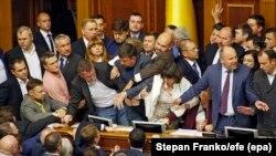Îmbrînceli în legislativul de la Kiev, 6 octombrie 2017.